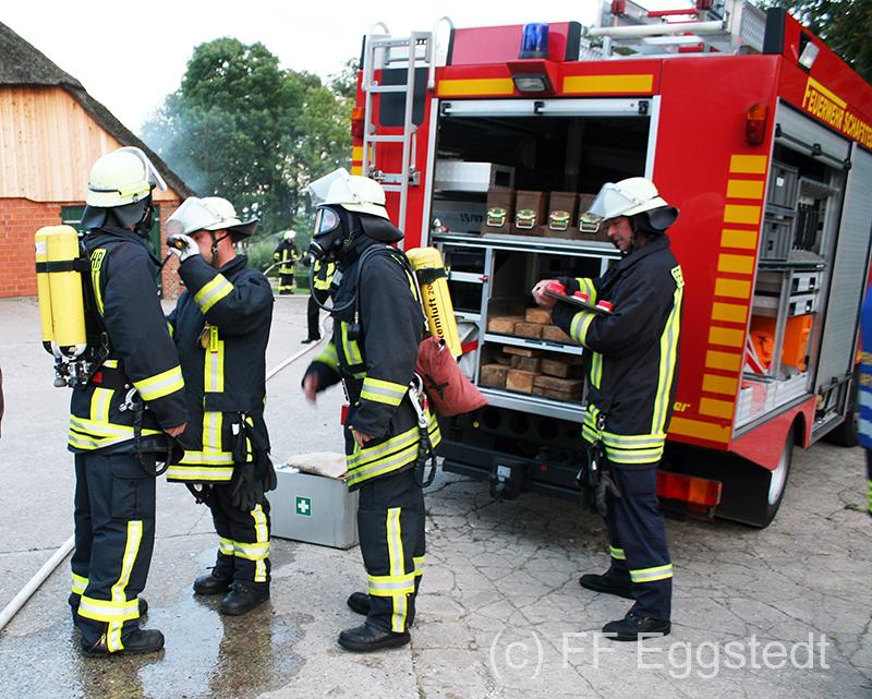 Bevor die Atemschutzträger in das Gebäude gehen wird die Ausrüstung überprüft.